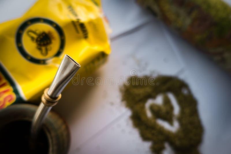 Tè sudamericano tradizionale dell'erba mate in tazza di legno del compagno con il servizio della paglia del metallo di bombilla c fotografie stock