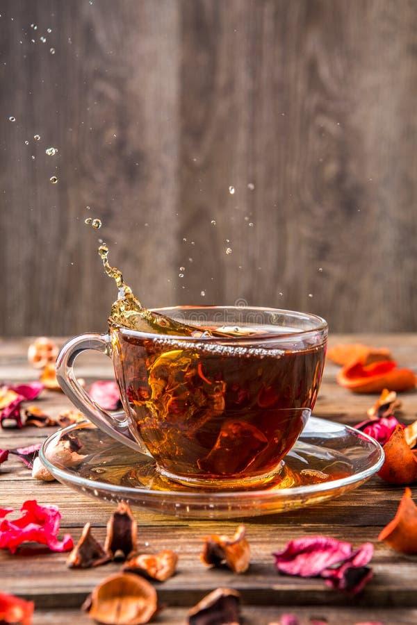 Tè in tazza sulla tavola fotografia stock libera da diritti