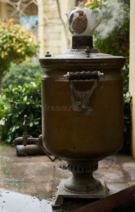 Tè tradizionale dell'Azerbaijan e turco della samovar, aria aperta, primo piano immagine stock