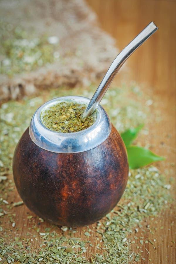 Tè tradizionale latino dell'erba mate in zucca a fiaschetta con fotografia stock