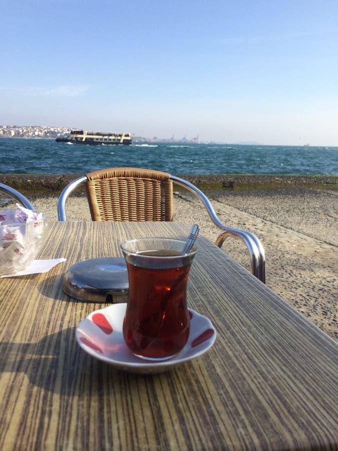 Tè turco con la vista immagini stock
