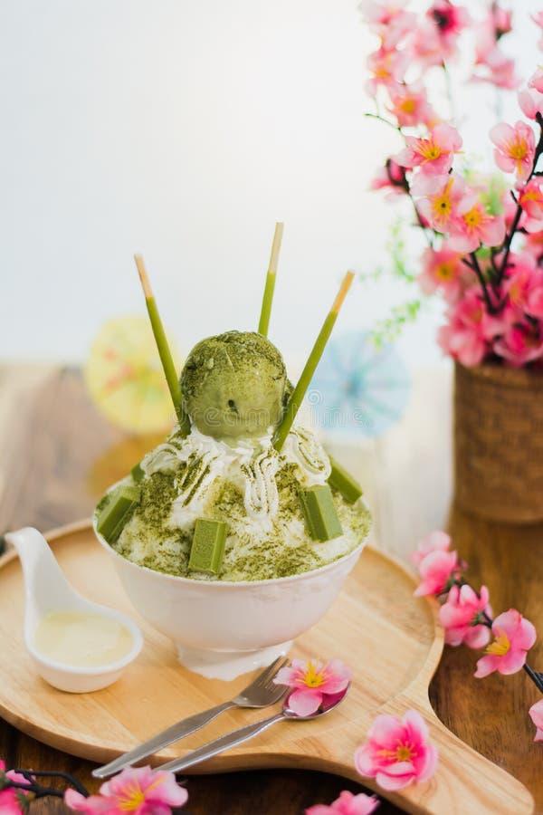 Tè verde Bingsu sul vassoio, Bingsu o Bingsoo del primo piano immagini stock