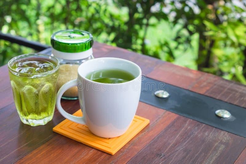 Tè verde caldo e freddo fotografia stock libera da diritti