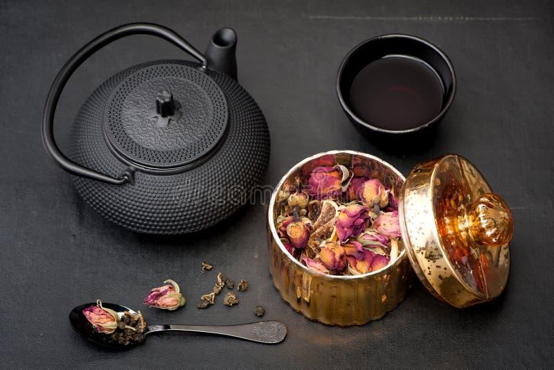 Tè verde con i fiori di rosa immagini stock libere da diritti