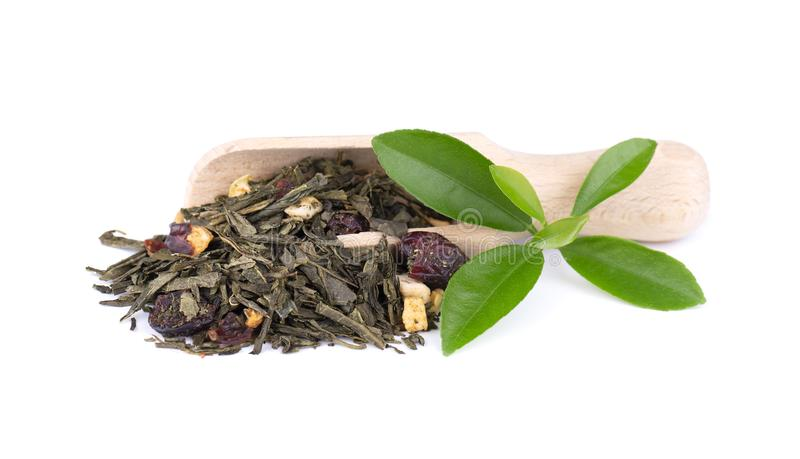 Tè verde del Ceylon con le bacche ed i frutti - mela, rosa canina, fragola e mirtillo rosso, isolati su fondo bianco top immagini stock libere da diritti