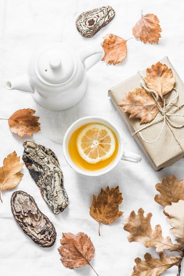 Tè verde del limone, regalo casalingo, umore su un fondo leggero, vista superiore di autunno Natura morta accogliente della casa  immagini stock