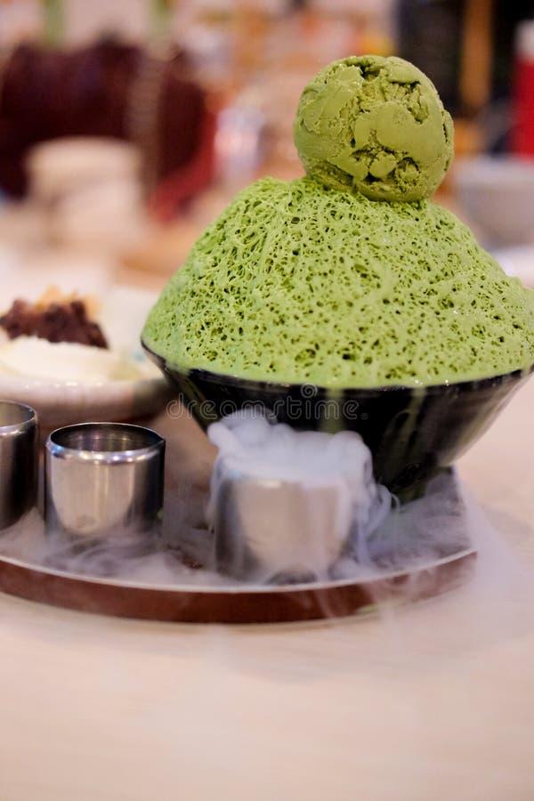 Tè verde di Bingsu con il fumo del ghiaccio fotografia stock libera da diritti