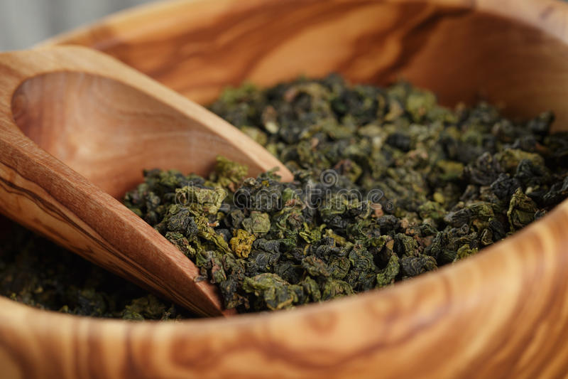 Tè verde di Oolong in ciotola di legno fotografia stock libera da diritti