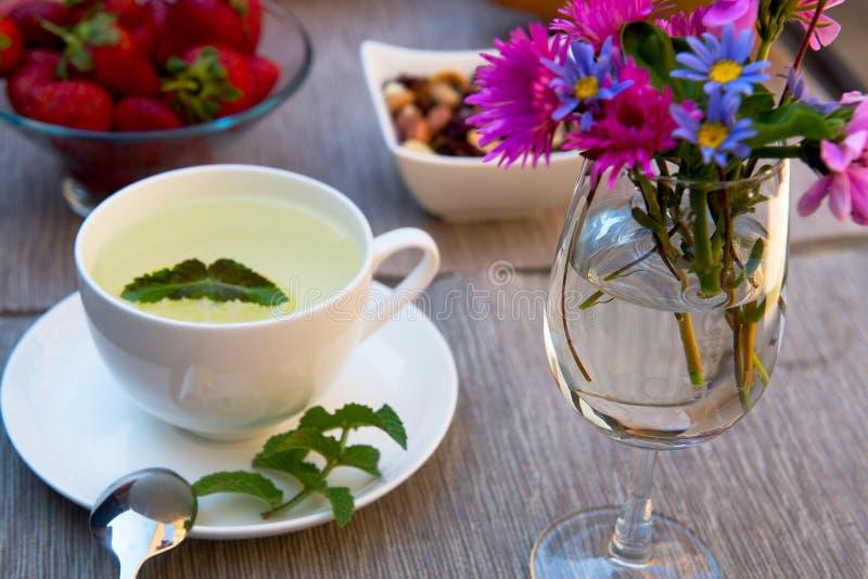 Tè verde e menta con lrmon sulla tavola fotografie stock libere da diritti