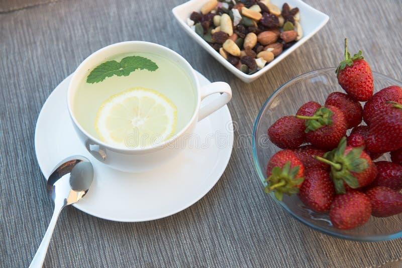 Tè verde e menta con lrmon sulla tavola immagine stock