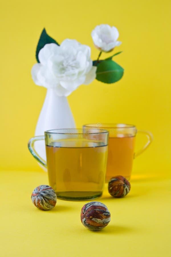 Tè verde e vaso con un fiore bianco fotografia stock