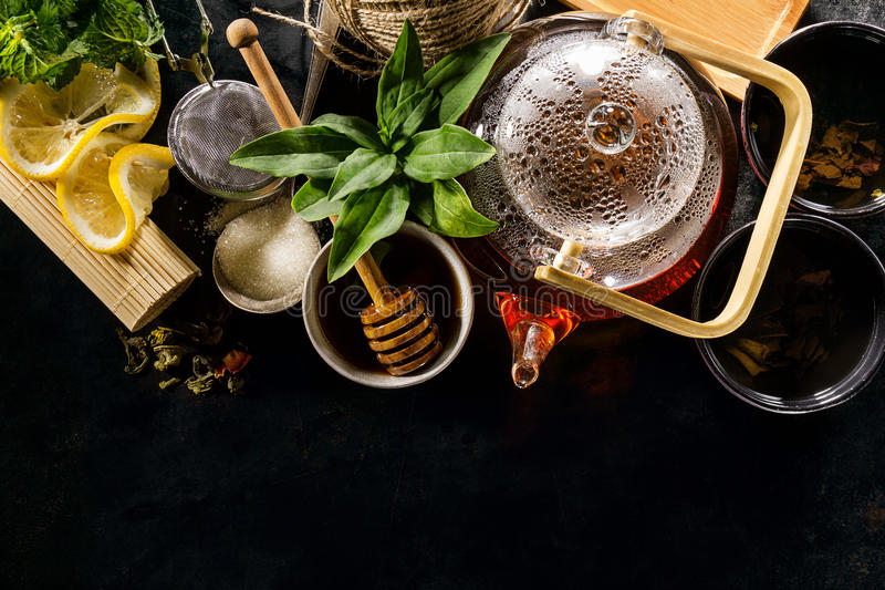 Tè verde fresco saporito nella cerimonia di vetro della teiera su Backgroun scuro fotografie stock