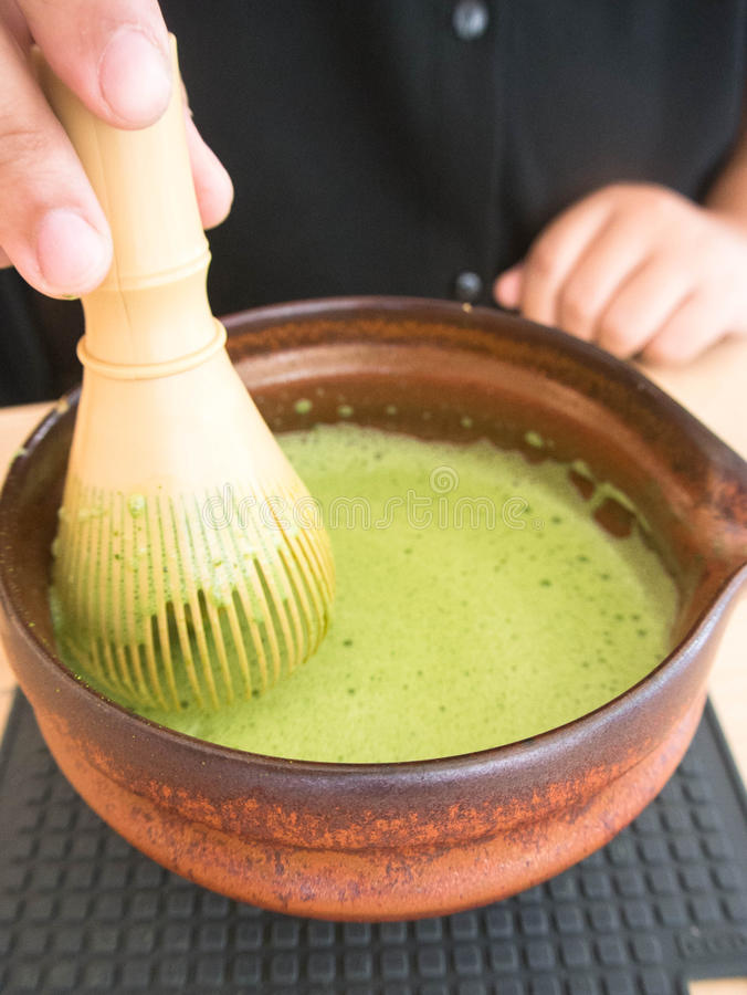 Tè verde mescolantesi di Matcha del giapponese immagine stock libera da diritti