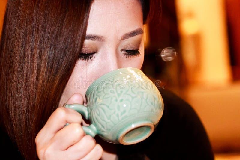 Tè verde sano bevente immagini stock libere da diritti