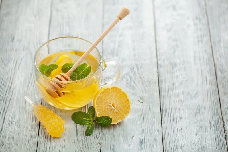 Té caliente con la menta y la miel de limón imagenes de archivo