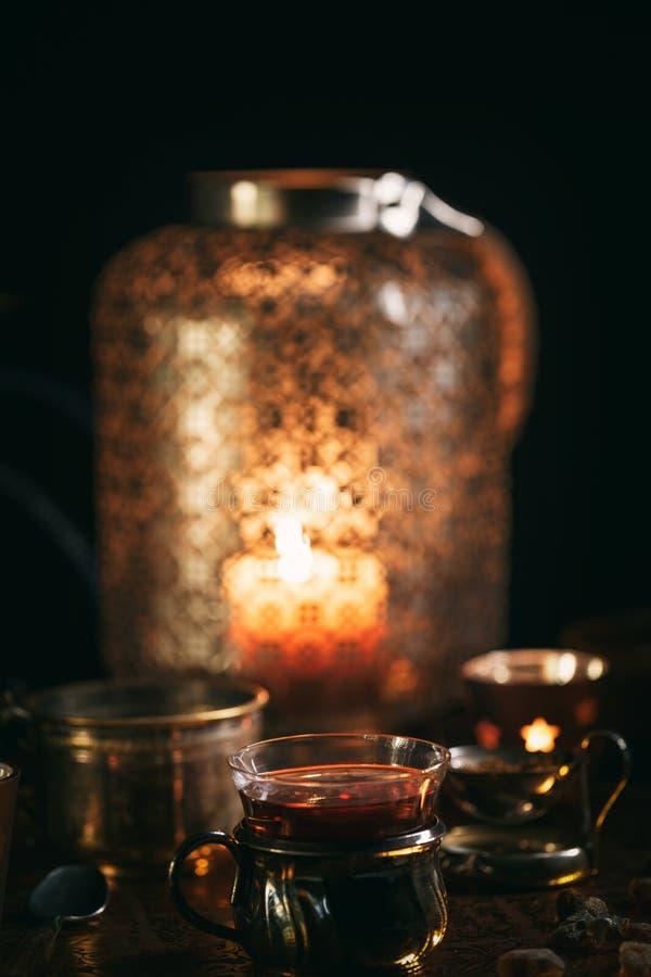 Té caliente con la vela fotografía de archivo libre de regalías