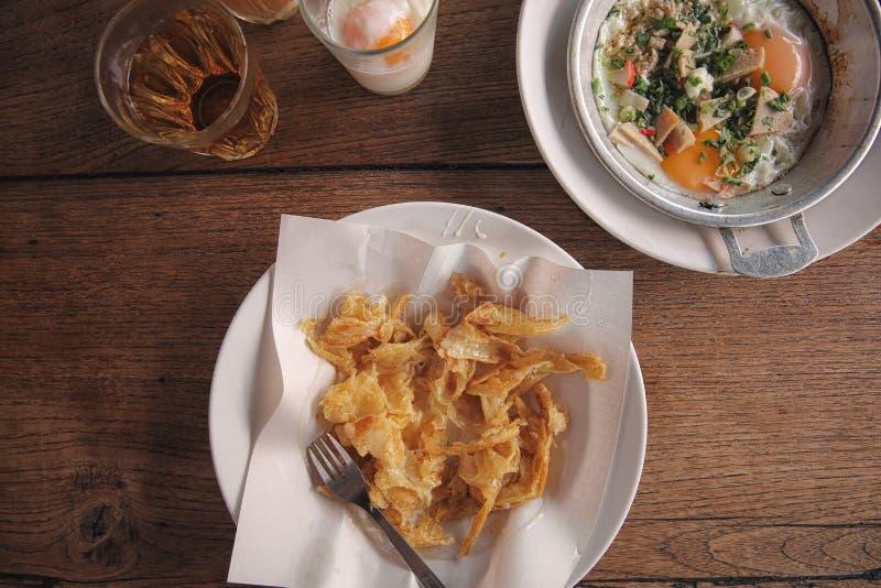 Té caliente de la comida tailandesa local de la mañana, huevos hervidos suaves y roti fotografía de archivo