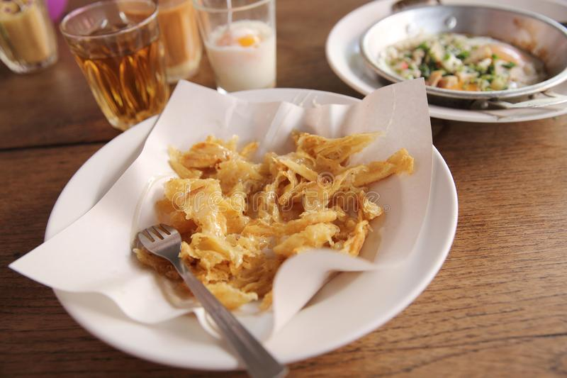 Té caliente de la comida tailandesa local de la mañana, huevos hervidos suaves y roti imagen de archivo libre de regalías