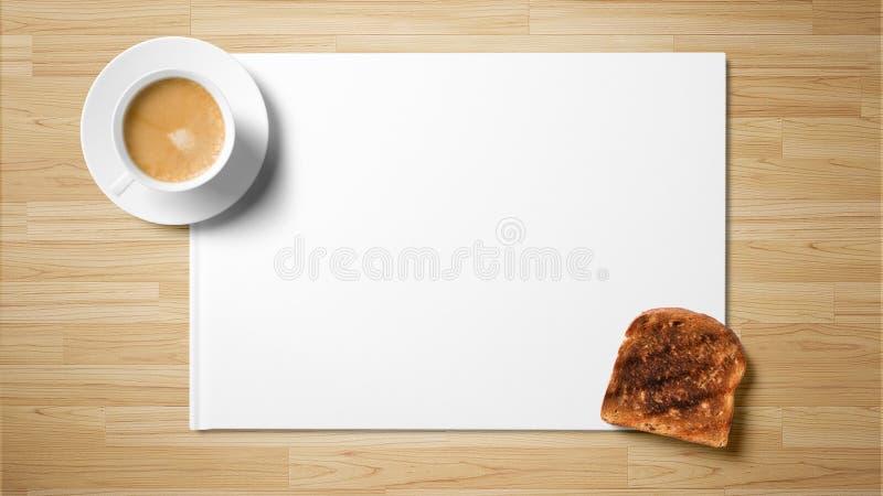 Té con la tostada en el Libro Blanco en fondo de madera fotografía de archivo libre de regalías
