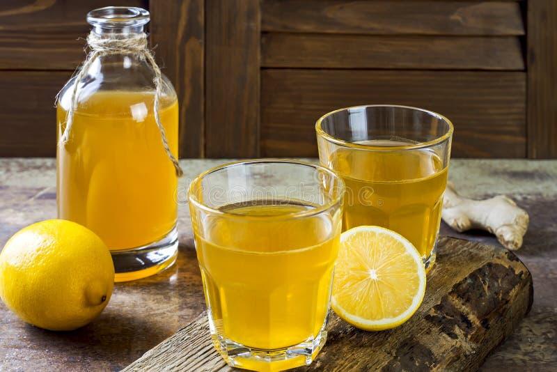 Té crudo fermentado hecho en casa del kombucha del limón del jengibre Bebida condimentada probiótica natural sana Copie el espaci imagen de archivo