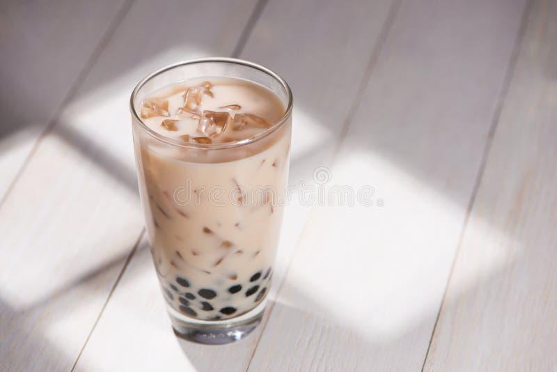 Té de Boba/de la burbuja Té hecho en casa de la leche con las perlas en la tabla de madera imagenes de archivo