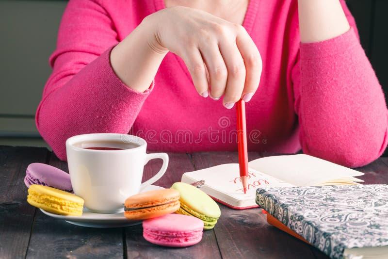 Té de consumición de la mañana de la mujer del empleado del café fotografía de archivo