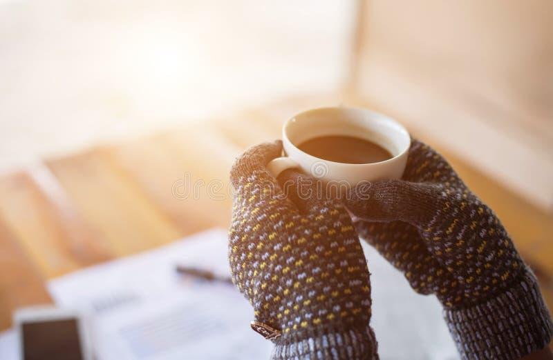 Té de consumición de la mañana de la mujer del empleado del café fotos de archivo