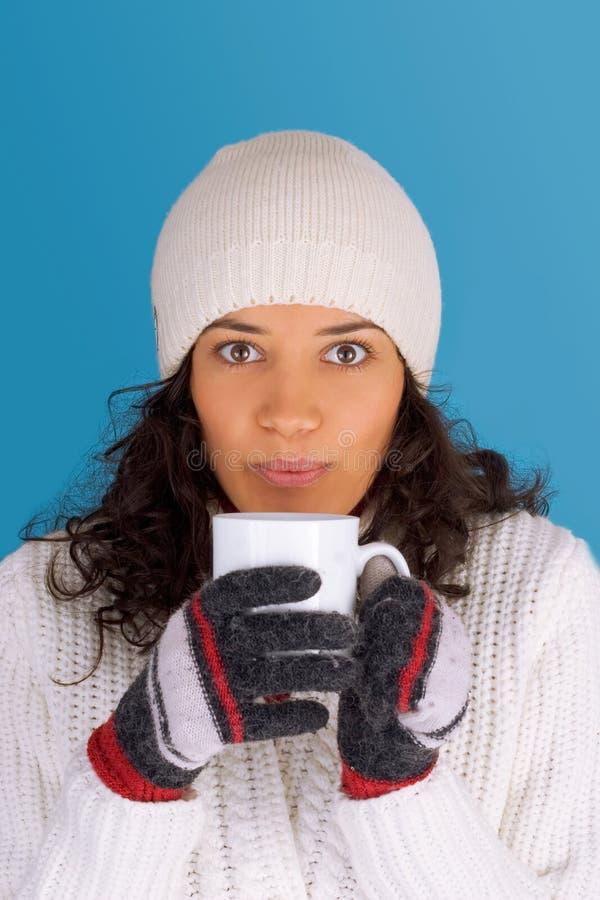 Té de consumición de la muchacha del invierno imágenes de archivo libres de regalías