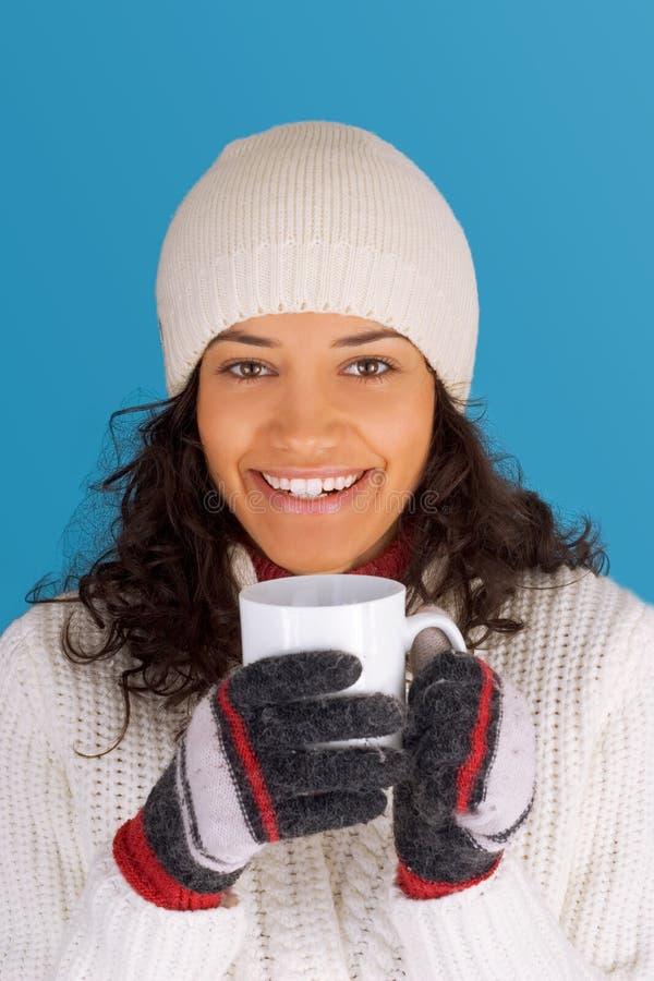 Té de consumición de la muchacha del invierno imagenes de archivo