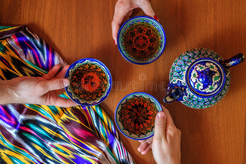 Té de consumición de tres personas de pials Samarkand, Uzbekistan Cocina oriental imagen de archivo