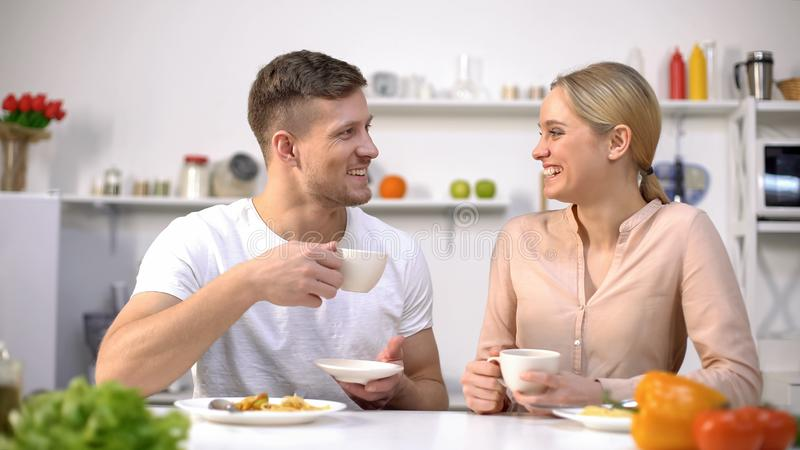 Té de consumición de los pares atractivos después de la comida para una mejor digestión, balanza de agua imagen de archivo