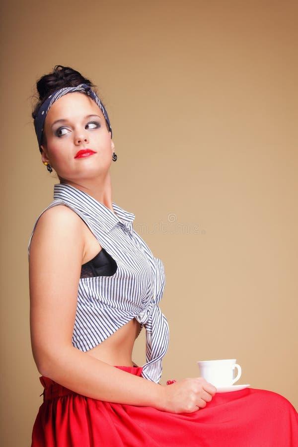 Té de consumición o café de la muchacha hermosa. fotos de archivo