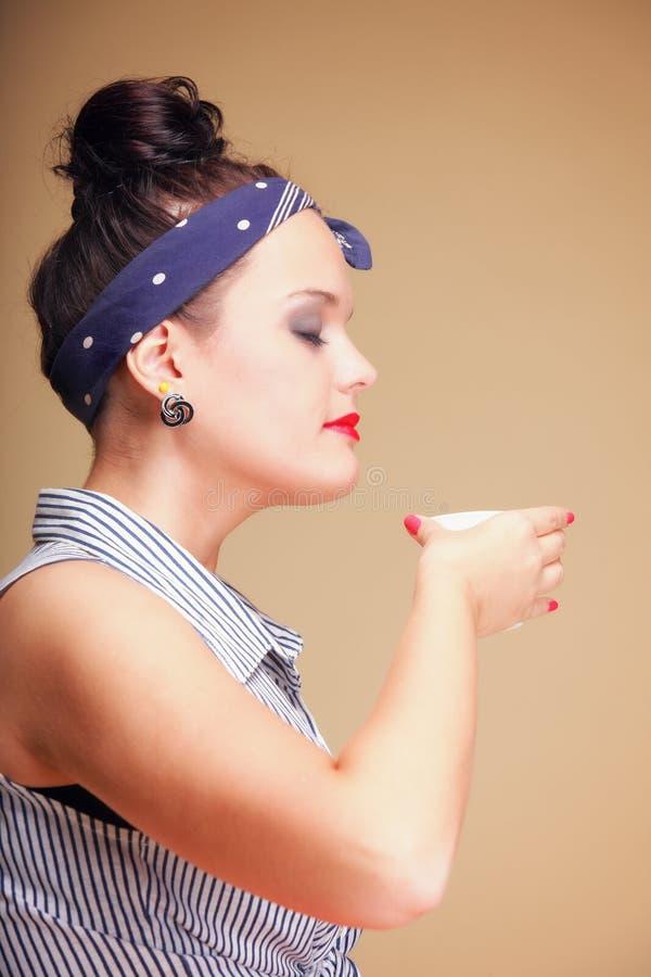 Té de consumición o café de la muchacha hermosa. imagenes de archivo
