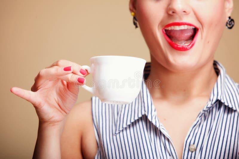 Té de consumición o café de la muchacha hermosa. imagen de archivo libre de regalías