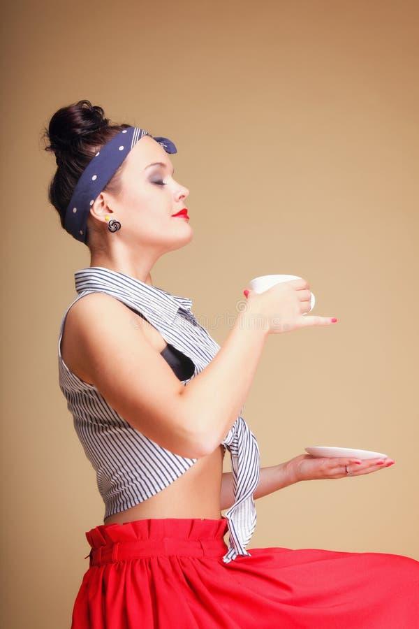 Té de consumición o café de la muchacha hermosa. imágenes de archivo libres de regalías