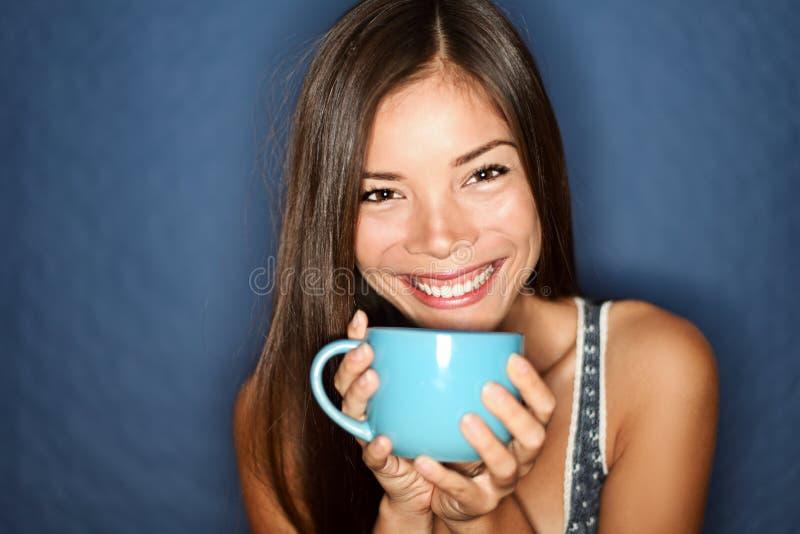 Té de consumición sonriente de la mujer imagen de archivo