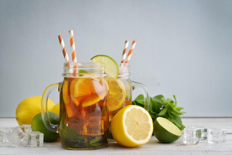 Té de hielo con los limones frescos fotografía de archivo