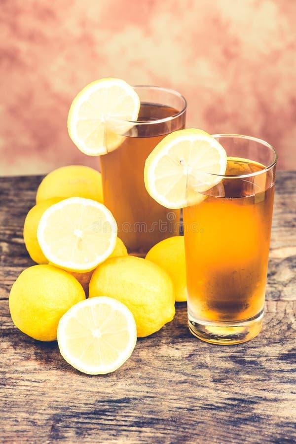 Té de hielo del limón en el vector de madera imagen de archivo