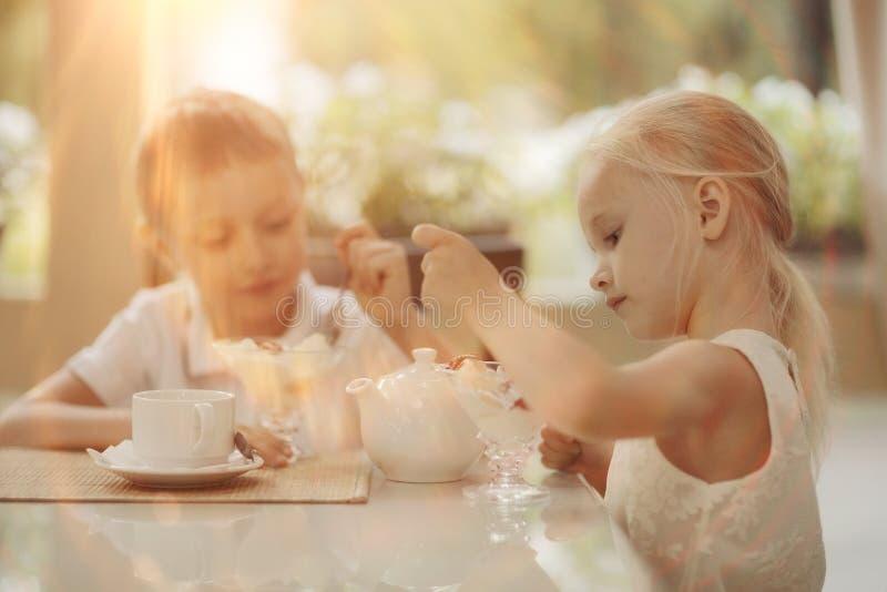 Té de la bebida de los niños en café fotos de archivo libres de regalías