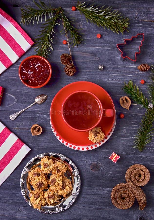 Té de la frambuesa, atasco de frambuesa y galletas hechas en casa en un fondo oscuro Visión superior foto de archivo