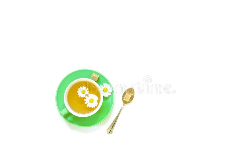 Té de manzanilla en la taza aislada en el fondo blanco foto de archivo