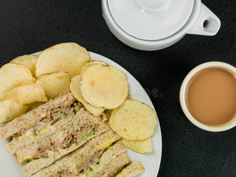Té de tarde de Tuna Sweetcorn y del bocadillo del pan de la harina de avena del pepino con la patata C imagen de archivo