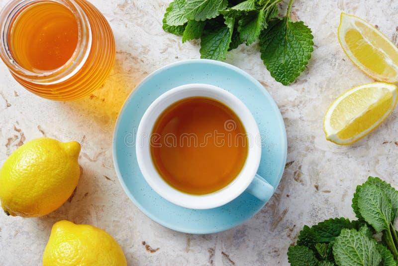 Té del bálsamo de limón con la miel imagen de archivo