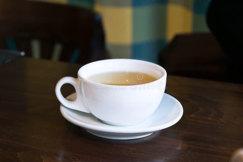 Té del desayuno en un café Taza en una tabla fotos de archivo