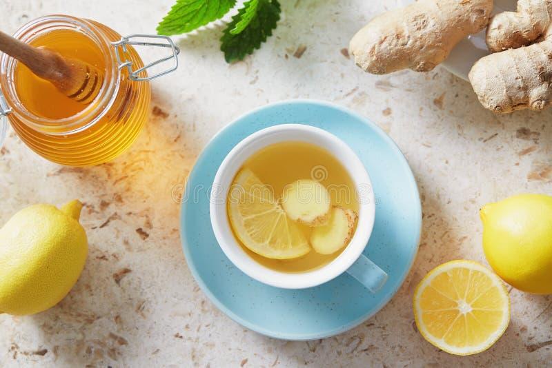 Té del limón y del jengibre con la miel fotos de archivo libres de regalías