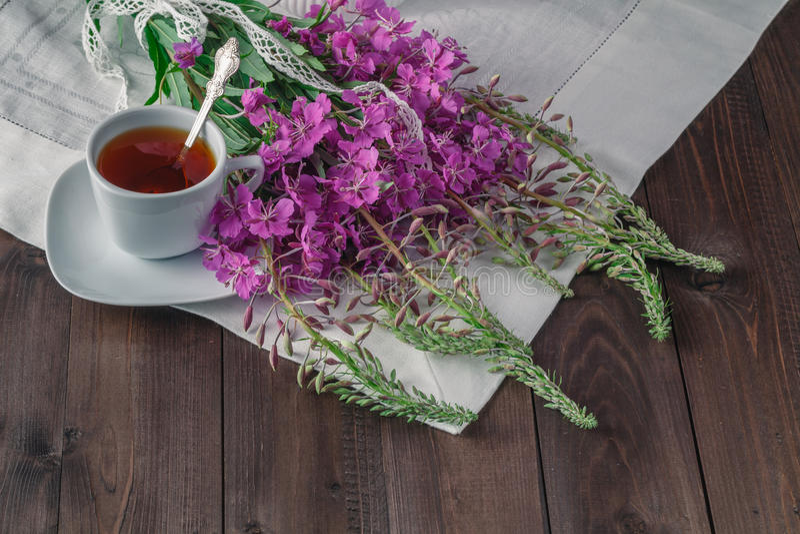 Té del verano en la tabla de madera con los macarrones imagen de archivo libre de regalías