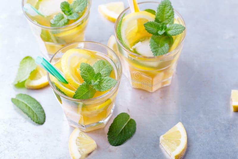 Té dulce helado del limón con la menta en vidrios enfriados imagen de archivo