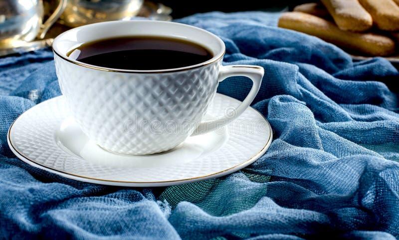 té en una taza blanca Una foto oscura imagen de archivo libre de regalías
