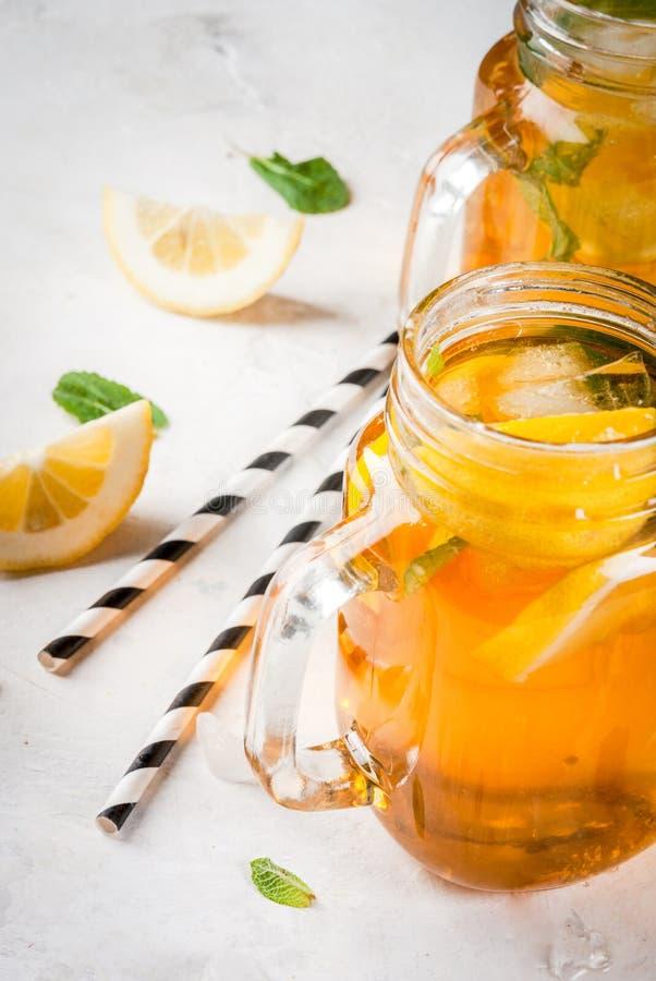 Té enfriado del verano con la menta y el limón fotografía de archivo