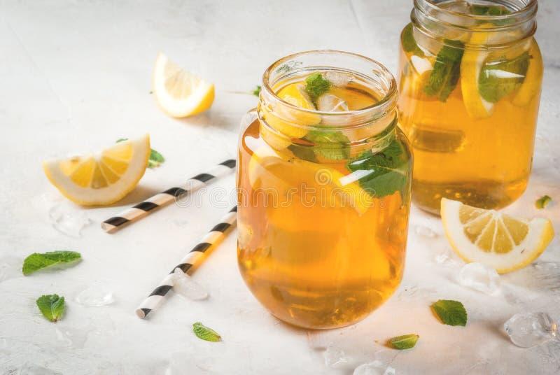 Té enfriado del verano con la menta y el limón imágenes de archivo libres de regalías